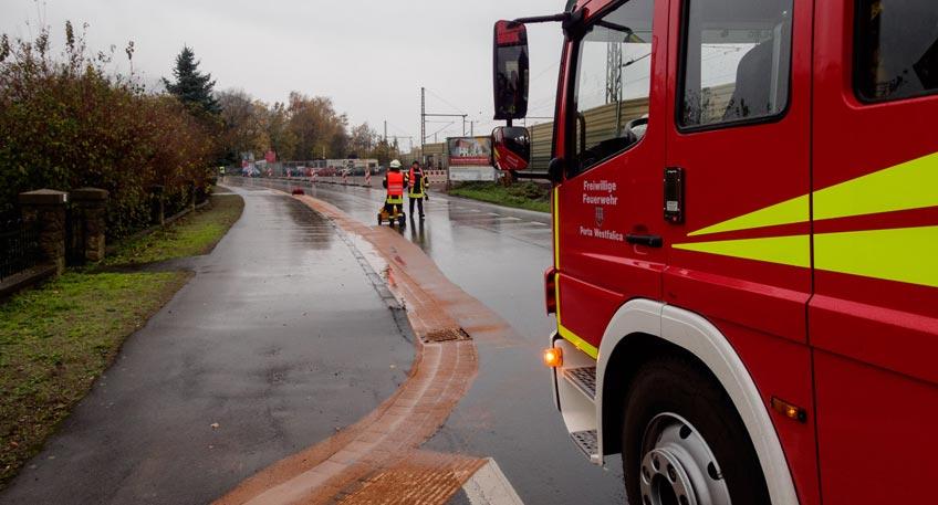 Feuerwehr kämpft mit mehreren Ölspuren im Stadtgebiet