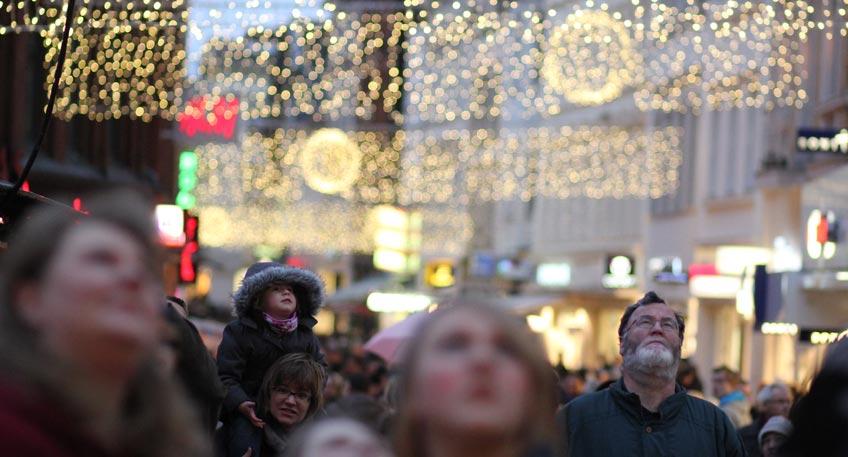 Aufhängung der 'Weihnachtsbeleuchtung' hat begonnen