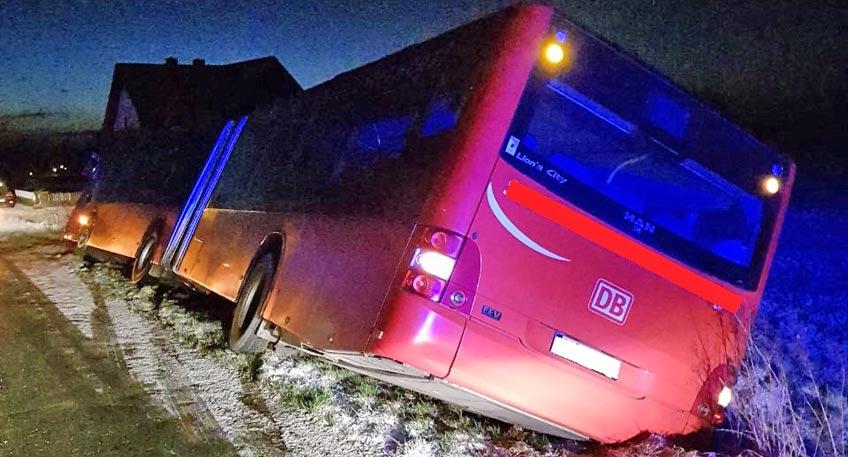 Glatteis: Bus rutscht in den Graben