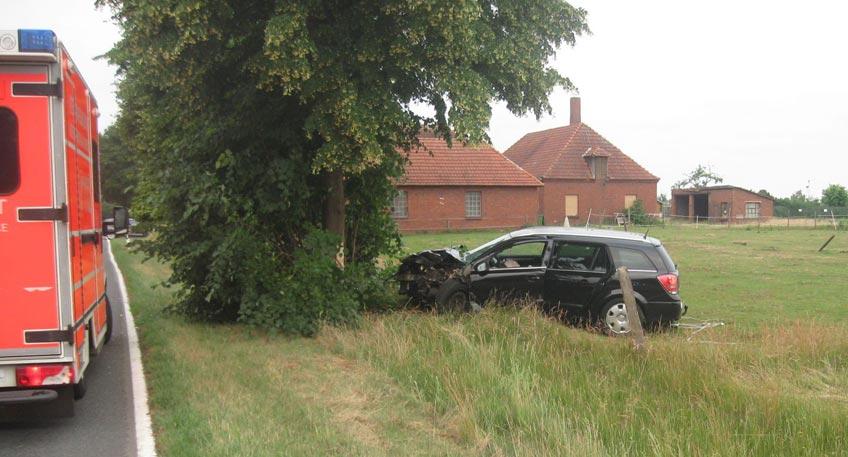 Auto kommt von der Straße ab und prallt gegen Baum