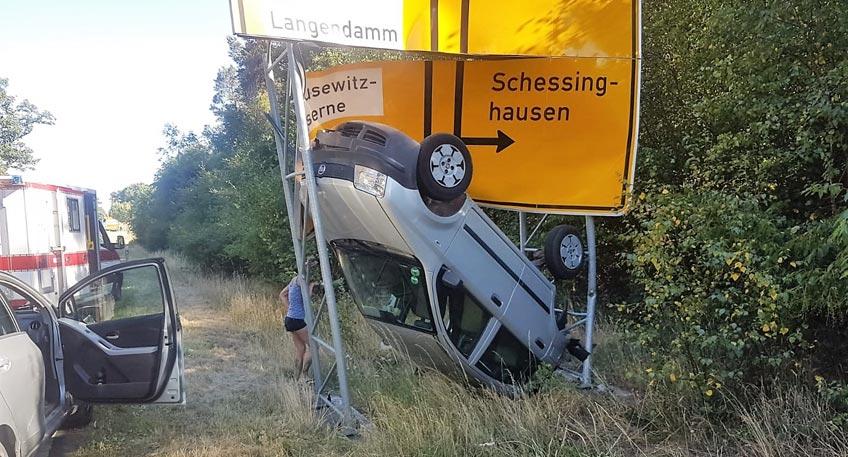 PKW bleibt nach Unfall im Verkehrsschild stecken