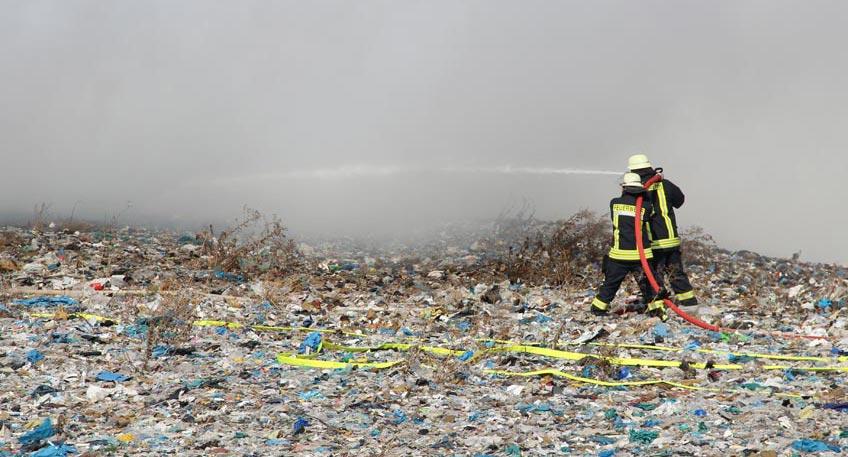 Das Feuer auf der Mülldeponie Pohlsche Heide ist heute am Morgen wieder ausgebrochen. Gestern wurde der Einsatz zunächst beendet. Seit Dienstag brannte dort auf einer Fläche von 500 qm aufbereiteter Haus- und Gewerbemüll, sogenannte Ersatzbrennstoffe. Der Müll ist für die energetische Verwertung im Mindener Heizkraftwerk vorgesehen.