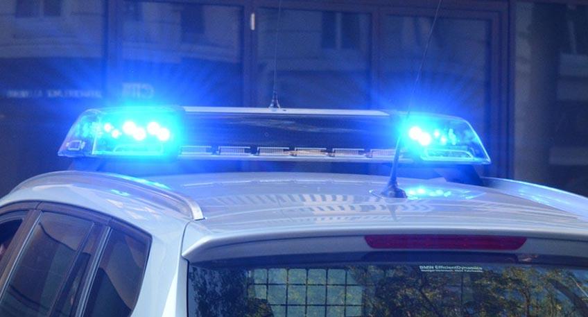 Festnahme am Rathaus - Mann verteilt Flüssigkeit und zündet sie