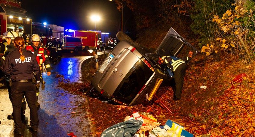 Zwei Personen und eine Hund aus Unfallauto gerettet
