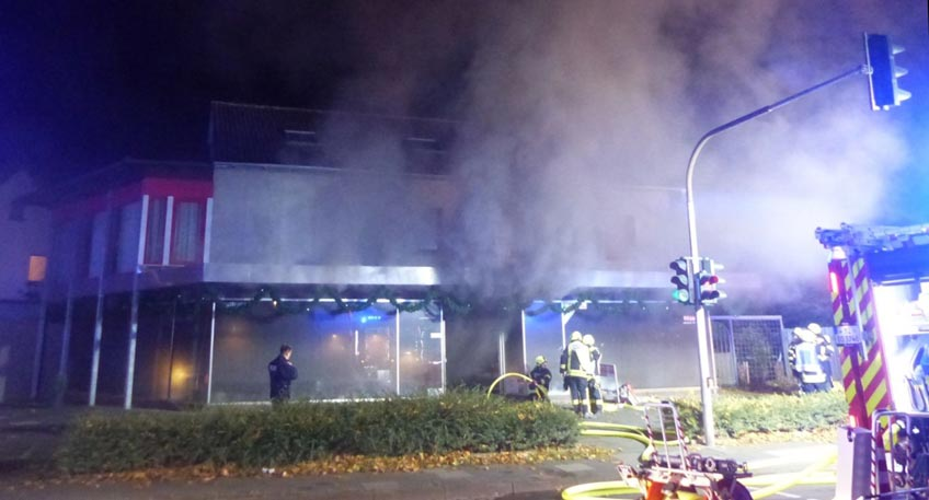 Elektrogeschäft geht in Flammen auf
