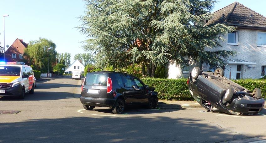 Unfall in Tempo 30-Zone: Auto landet auf dem Dach