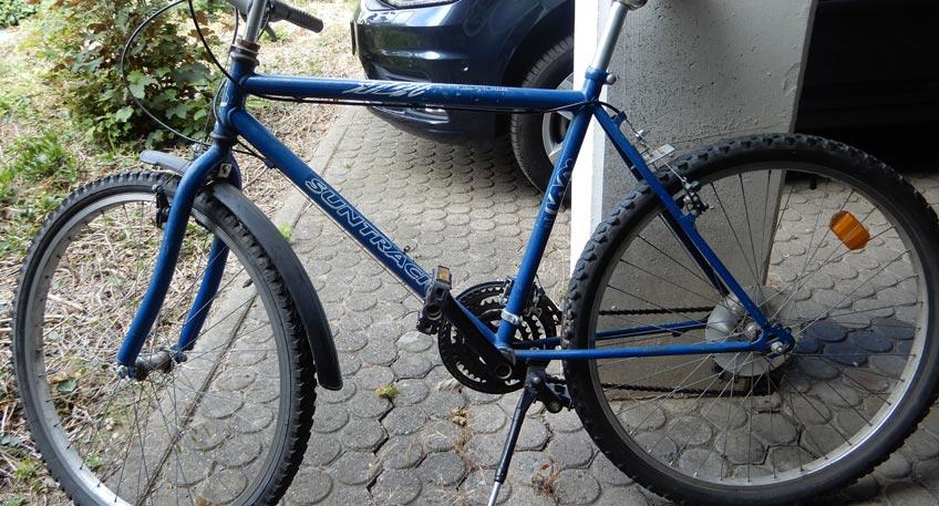 """Bei den Rädern handelt es sich um ein silbergelbes Mountainbike mit der Beschriftung """"Iron Track"""", um ein blaues Mountainbike mit der Aufschrift """"Suntrack"""" sowie um ein schwarzes Trekking-Rad mit der Bezeichnung """"Bulls Cross Tail""""."""