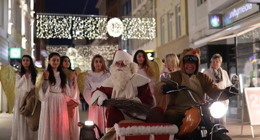 Vom 26. November bis zum 30. Dezember erstrahlt in der Mindener Innenstadt der Weih-nachtsmarkt in festlichem Lichterglanz. Umrahmt von Weihnachtstannen, Lichterketten und Ster-nen sorgen über 50 Marktstände auf dem historischen Marktplatz, am Scharn und am Obermarkt mit Leckereien und kreativen Geschenkideen für Weihnachtsflair und gemütliches Ambiente.