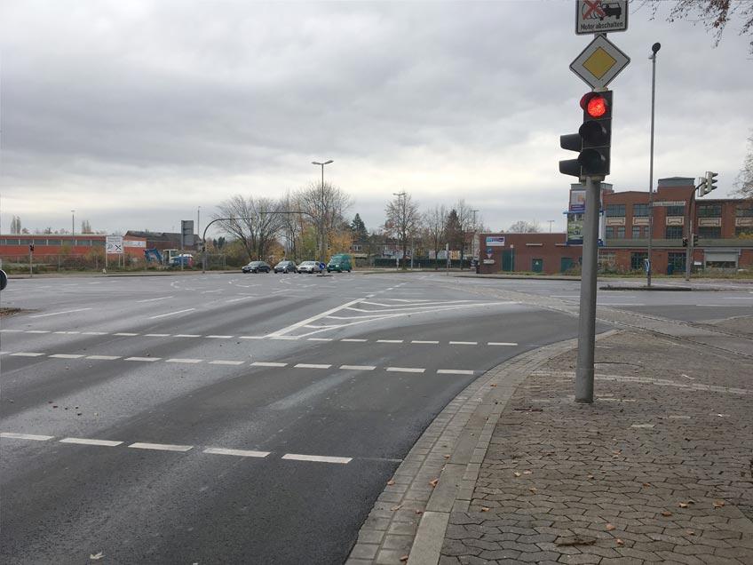 Für Auto- und Lkw-Fahrer hat sich an der Friedrich-Wilhelm-Straße etwas geändert. Seit Juli diesen Jahres ist die Verkehrsführung vor der Ampel, aus Richtung Leteln kommend, neu. Das Rechtabbiegen auf die Gustav-Heinemann-Brücke auf zwei Streifen ist bei gleichzeitiger Freigabe für den Fuß- und Radverkehr nicht zulässig.