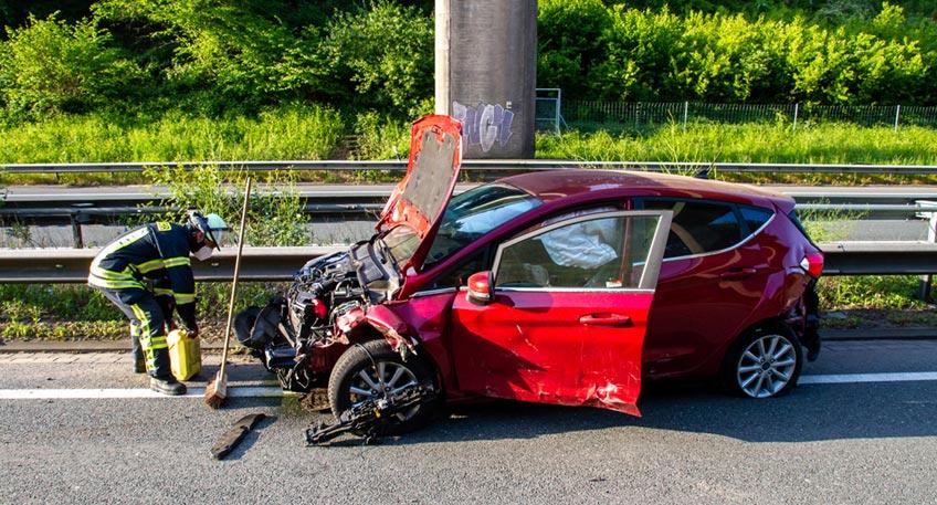 Die Freiwillige Feuerwehr Porta Westfalica wurde am Montag, 18.05.2020, gegen 07:09 Uhr zu einem Verkehrsunfall auf die A2 in Fahrtrichtung Dortmund alarmiert. Zwischen Veltheim und Vennebeck war es zu einem Unfall mit zwei PKW gekommen.