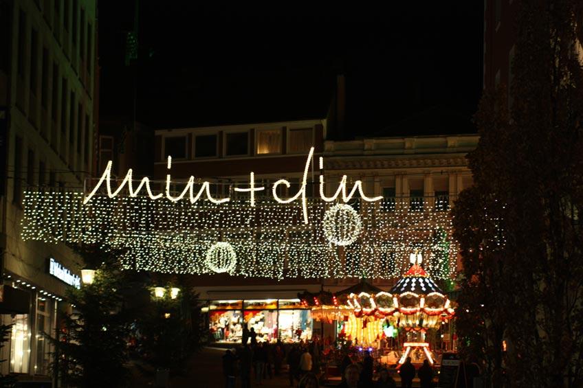 """Vom 24. November bis zum 30. Dezember zeigt sich die Mindener Innenstadt in weihnachtlichem Glanz. Denn auch wenn der Weihnachtsmarkt nicht stattfinden kann soll Minden nicht im Dunkeln stehen. Deshalb koordiniert die Minden Marketing GmbH (MMG) im Verbund mit ihren Partnern die Aktion """"Weihnachtliches Minden""""."""