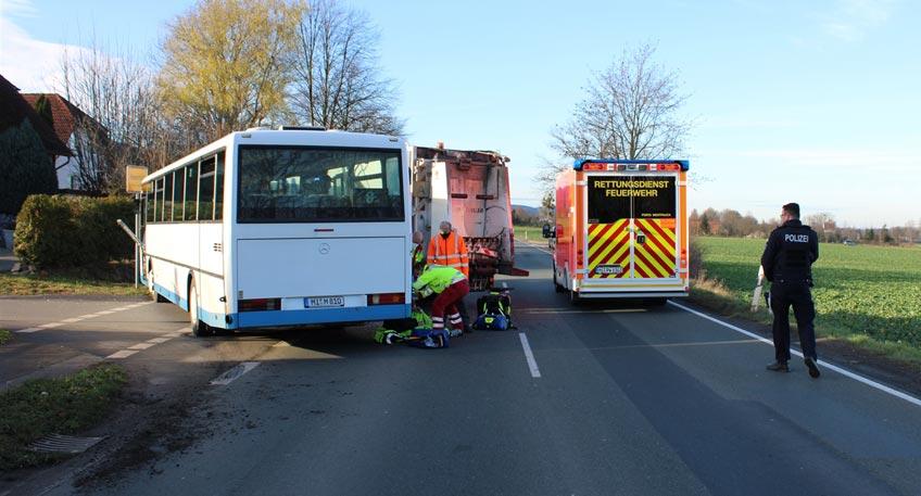 """Die 42-jährige Busfahrerin beabsichtigte den vor ihr befindlichen LKW zu überholen. Auf Höhe der Einmündung """"Bergkirchener Straße / Steiler Weg"""" beabsichtigte der 52-jährige LKW-Fahrer nach links in die Straße """"Steiler Weg"""" abzubiegen und übersah, den ihn überholenden Bus."""