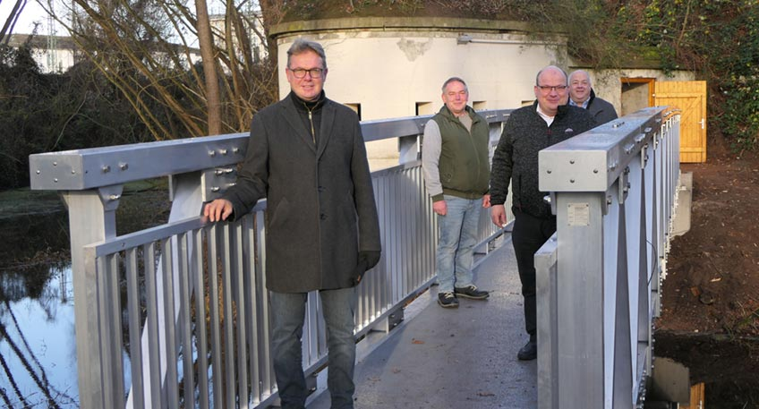 """""""Das ist ein wirklich schönes Weihnachtsgeschenk"""", freute sich Marcus Henninger, Chef der 1. Kompanie im Mindener Bürgerbataillon und Vorsitzender des Fördervereins Fort C am Montagvormittag, 21. Dezember, über die neue Fluchtwegbrücke."""