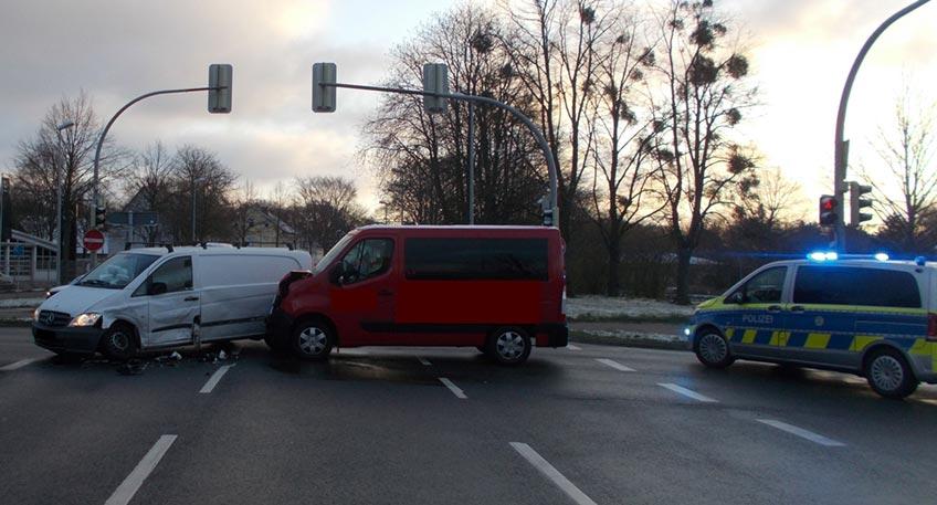 """Zu einem Zusammenstoß zweier Kleintransporter ist es am Mittwochmorgen aus bisher ungeklärter Ursache an der Kreuzung Portastraße / Ringstraße an der """"Birne"""" gekommen."""