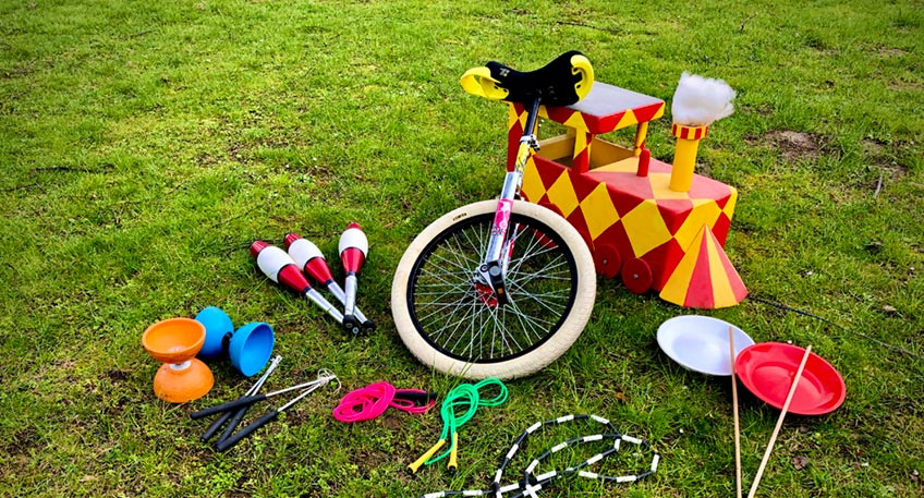 Jonglieren, Einrad Fahren oder Teller Drehen - das sind Angebote, die momentan auch unter Corona Bedingungen möglich sind. So haben sich die Artistinnen und Artisten vom Kinder- und Jugendzirkus Peppino Poppollo ein kunterbuntes Übungsprogramm ausgedacht