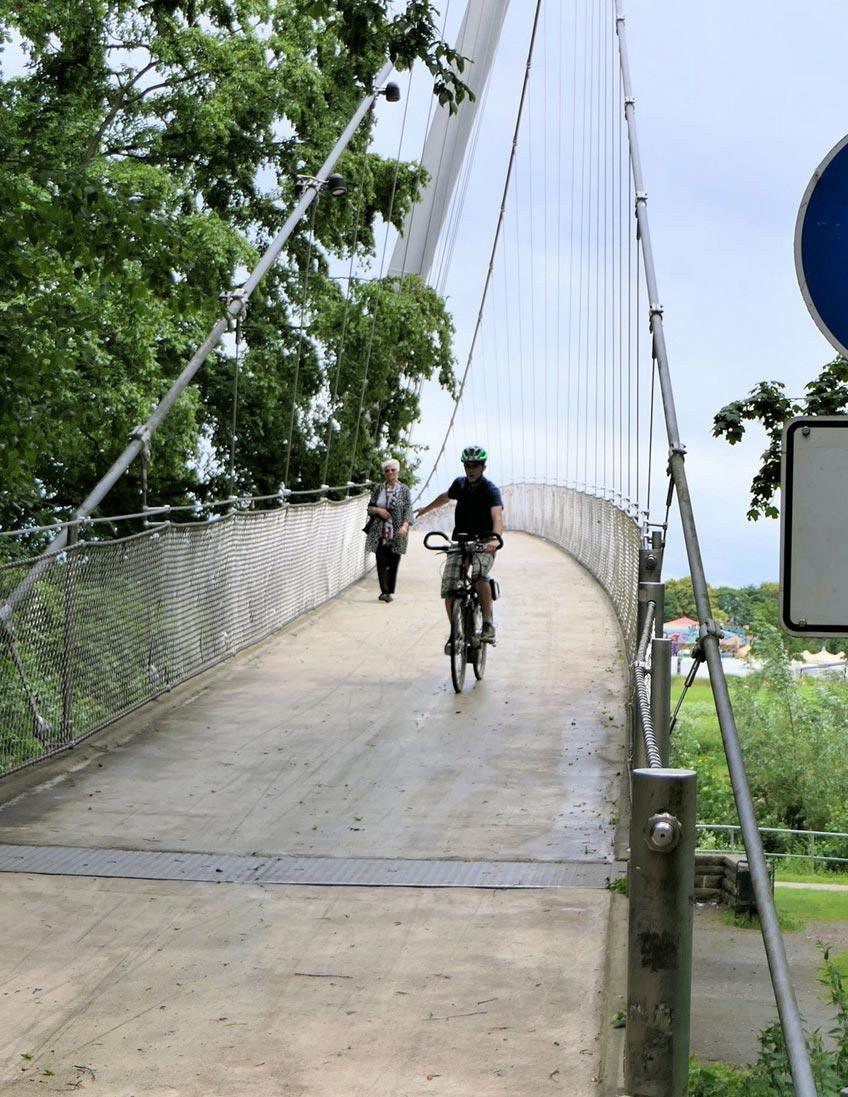 """Seit Ihrer Errichtung im Jahr 1995 wird sie rege von Fußgängern und Radfahrern als direkte Überquerung von Kanzlers Weide zur Innenstadt und zurück genutzt: die Glacisbrücke. """"Obwohl der Radverkehr seit mehr als 25 Jahren auf der Brücke zugelassen ist, wird diese häufig fälschlicherweise als Fußgängerbrücke bezeichnet"""", so die Stadtverwaltung."""