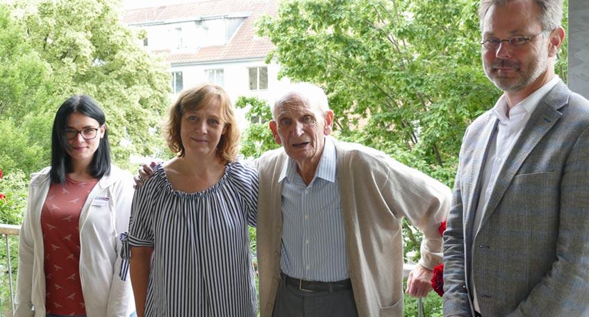Mit 100 Jahren lässt sich Helmut Niemann nicht mehr stressen. An seinem runden Geburtstag am 5. Juli genießt er in Ruhe das Frühstück, bevor er die ersten Glückwünsche entgegennimmt. Die überbringen Iris Bulmahn, Leiterin des Hauses Emmaus, wo Helmut Niemann seit zwei Jahren lebt, und Geschäftsbereichsleiter Carsten Wöhler von der Diakonie Stiftung Salem.