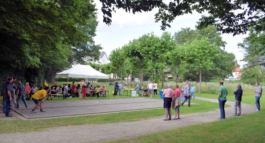 Der Bouleplatz im Stadtbezirk Bärenkämpen kann wieder genutzt werden. Zur Wiedereröffnung - nach erfolgter gründlicher Überholung - kamen am Dienstag, 20. Juli, bei bestem Wetter, rund 50 Gäste zusammen.