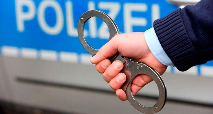 Dank des tatkräftigen Einsatzes eines Bundeswehrsoldaten konnten Beamte der hiesigen Kreispolizeibehörde in der Nacht zu Mittwoch einen 21 Jahre alten Mann festnehmen. Dieser steht unter Verdacht, aus offenbar unverschlossenen PKWs Wertgegenstände gestohlen zu haben.