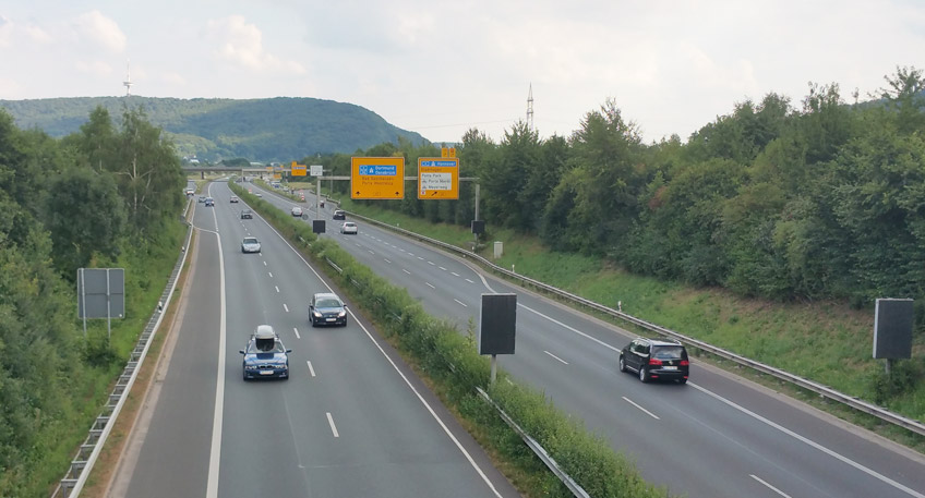 Die Bauarbeiten auf der B61, Birne in Minden laufen gut koordiniert nach Plan. Der Bauabschnitt stadteinwärts ist nahezu fertiggestellt und kann wieder befahren werden. Jetzt steht der Bereich stadtauswärts Richtung Weserauentunnel an.