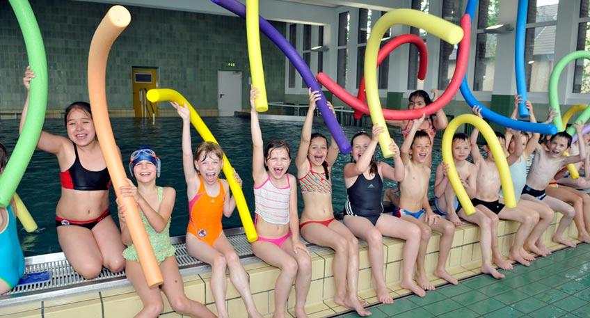 Über 400 Kinder haben in den Sommerferien kreisweit an 37 Schwimmkursen für Nichtschwimmer teilgenommen. Aufgrund der Corona-Pandemie war fast 1,5 Jahre lang kein Schwimmunterricht möglich, nicht in den Schulen, nicht im Sportverein, nicht in den Schwimmbädern.
