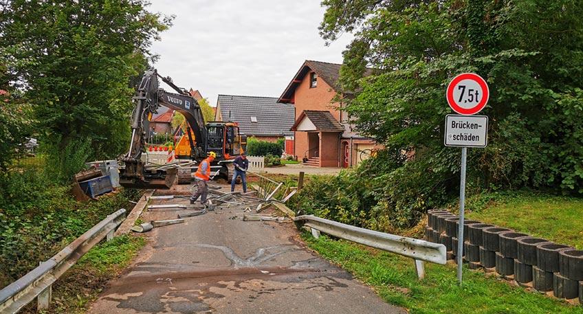 In Eidinghausen sind die Arbeiten für den Neubau der Brücke der Straße Zum Riepelhof über den Kaarbach gestartet. Die 85 Jahre alte Brücke muss dringend ersetzt werden. Wegen Schäden an dem Bauwerk galt zuletzt eine Tonnagebeschränkung.