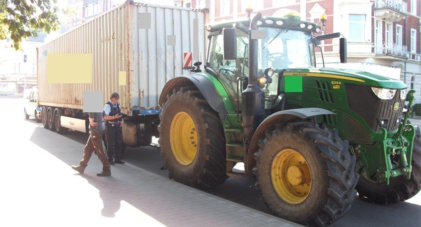"""Im Rahmen von Verkehrskontrollen mit dem Schwerpunkt """"Radfahrende"""" haben die Verkehrsexperten der Polizei am Mittwoch in Minden einen Traktor gestoppt, der einen tonnenschweren Seecontainer auf einem Sattelauflieger hinter sich her zog."""