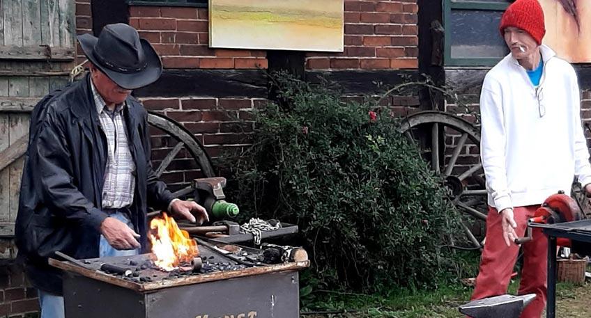Am 3. Oktober 2021, 11:00 bis 18:00 Uhr, bietet das 13. Windheimer Handwerker- und Schmiedefest auf dem Gelände von Haus Windheim No2 eine bunte Mischung von Mitmachangeboten und Verkaufsständen mit handwerklich hergestellten Waren für große und kleine Besucher.