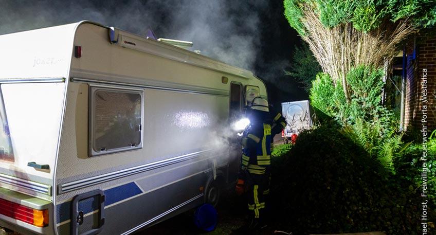 Die Freiwillige Feuerwehr Porta Westfalica wurde am Mittwoch, 13.10.2021, gegen 19:39 Uhr zu einem möglichen Busbrand am Autohof in Holtrup alarmiert. Gegen 19:54 Uhr erfolgte eine weitere Alarmierung zu einem Brand in einem Wohnwagen in Veltheim.