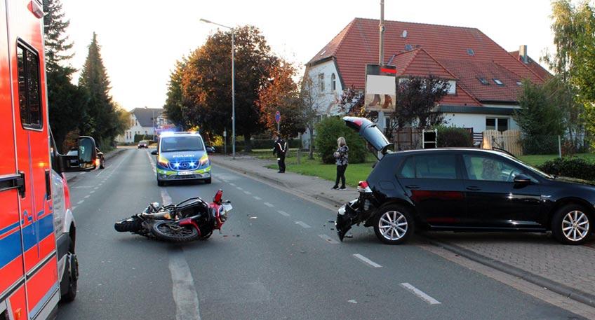 Infolge einer Kollision mit einem abbiegenden Auto auf der Meßlinger Straße in Petershagen zog sich am Sonntagnachmittag ein Motorradfahrer schwere Verletzungen zu. Nach notärztlicher Behandlung vor Ort überführte ihn eine Rettungswagenbesatzung ins Klinikum Minden.