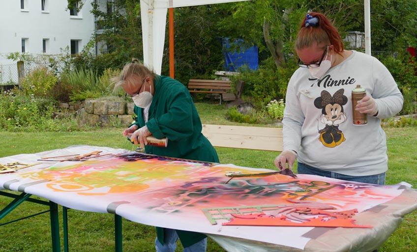 Barbara Salesch (l.) begleitete als lokale Künstlerin einen dreitägigen Workshop.