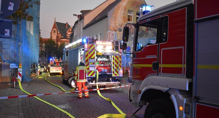 Die Feuerwehr Minden wurde am Samstag zu einem Kellerbrand in die Königstraße alarmiert. Bei Eintreffen der ersten Einsatzkräfte war eine Rauchentwicklung aus dem Kellerschacht eines Mehrparteienhauses zu erkennen.