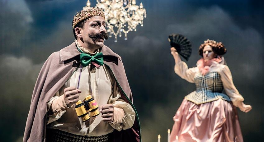 Der Prinz ist verzweifelt: So lange schon sucht er eine Braut, aber keine erweist sich als standesgemäß. Als er sich dann erneut verliebt, stellt seine Mutter die Auserwählte auf eine Probe, die eigentlich niemand bestehen kann.