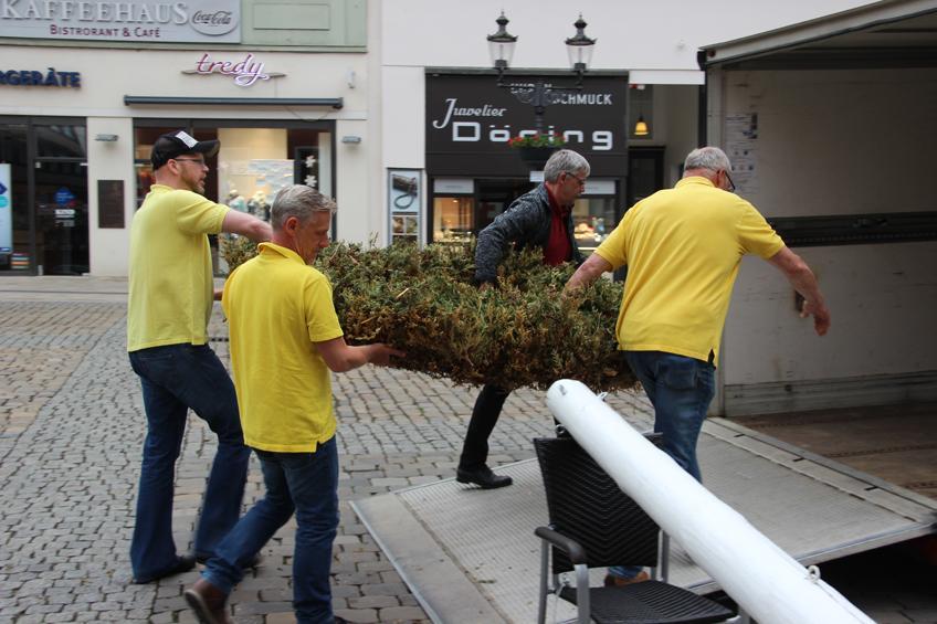 3. Kompanie schnappt sich den Maibaum