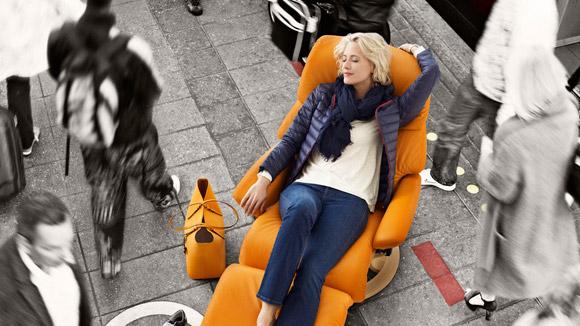In entspannter Sitzposition fällt der Alltagsstress viel leichter ab. Foto: djd/EKORNES
