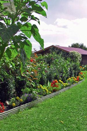 Hilfe von Gartenprofilen gelingt die Pflanzung viel leichter und genauer. Foto: djd/terra-S