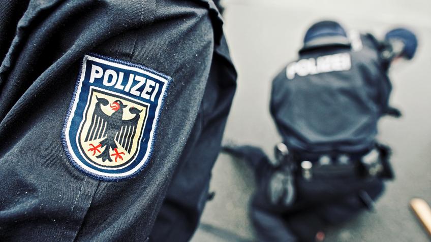 Randalierer greift Polizisten an