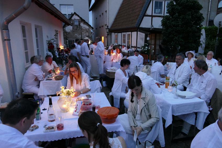 Voller Erfolg: 4. Dinners in Weiß lockt 150 Teilnehmer